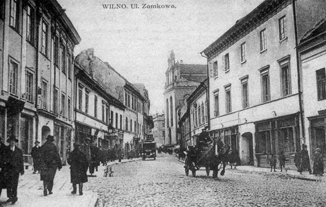 Las autoridades alemanas establecen dos ghettos en Vilna, en la Lituania ocupada por los alemanes. Entre los alemanes y los lituanos matan a decenas de miles de judíos en los bosques cercanos de Ponary.