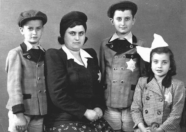El gobierno nazi decreta que los judíos mayores de seis años residentes en Alemania tienen que llevar una estrella amarilla de David en el exterior de su ropa en todo momento en que estén en público.