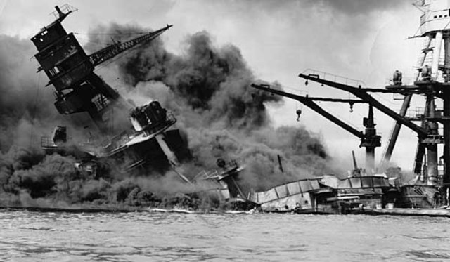 Ataque japonés a Pearl Harbor. A la mañana siguiente los Estados Unidos declaran la guerra a Japón.