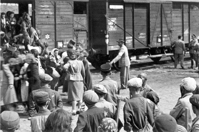 Las autoridades alemanas empiezan la deportación de judíos del ghetto de Lodz al campo de exterminio de Chelmno (ambos en Polonia)