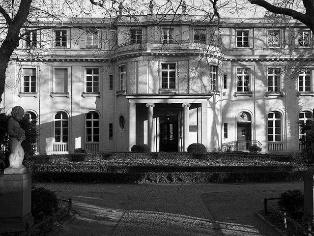 Conferencia de Wannsee en Berlín (Alemania). Trazado del plan para el exterminio de los 11.000.000 de judíos de Europa.