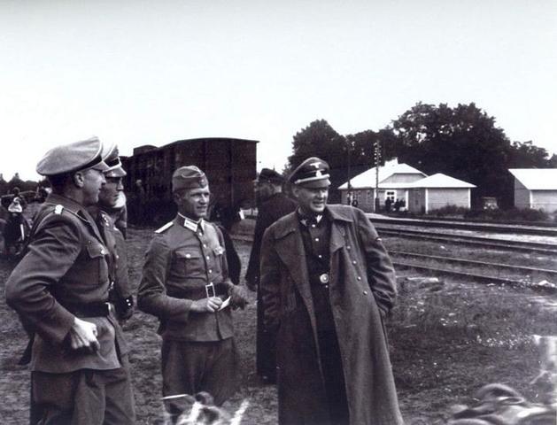 En Mayo de 1942 y después de las pruebas del gaseamiento en Abril, un destacamento especial de la SS empieza las operaciones de gaseamiento en el campo de exterminio de Sobibor a principios de Mayo.