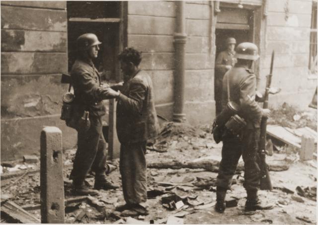 """Inicio de la gran """"Aktion"""" en el ghetto de Varsovia (Polonia). Hasta el 13 de Septiembre fueron deportados 300.000 judíos a Treblinka (Polonia)"""