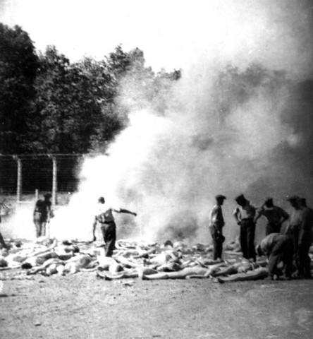 En Septiembre de 1942 se decide quemar alrededor de 107.000 cuerpos en el campo de exterminio de Auschwitz (Polonia) a fin de prevenir la contaminación de las aguas.