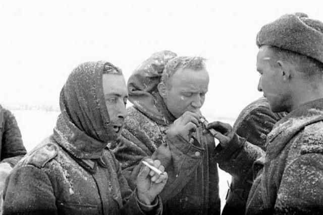 Las tropas alemanas que luchan en Stalingrado (Rusia) se rinden lo que supone un gran golpe a la estrategia de Adolf Hitler.