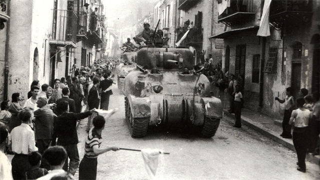 Las tropas aliadas desembarcan en Sicilia.