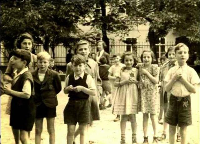 Una delegación de la Cruz Roja visita el campo de concentración y ghetto de Theresienstadt (Checoslovaquia) después que los nazis decoraran el lugar para obtener un informe favorable.