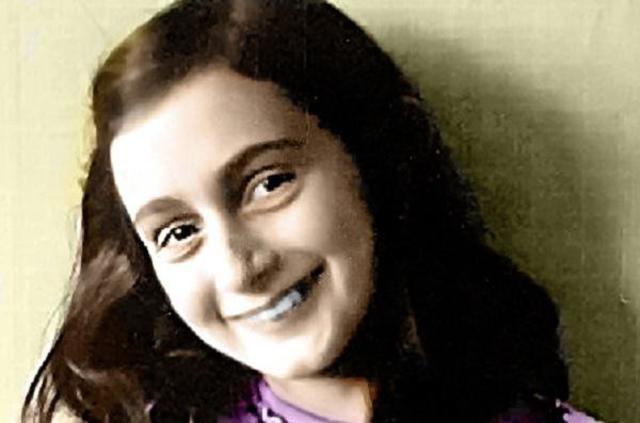 Anna Frank y su familia son arrestados por la Gestapo en Amsterdam (Holanda) y enviados a Auschwitz. Anna y su hermana Margot son llevadas posteriormente al campo de Bergen Belsen (Alemania) donde Anna muere de tifus el 15 de Marzo de 1945.