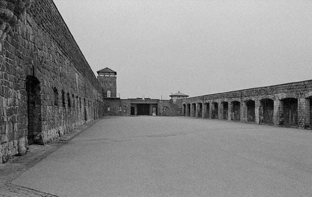 Llega a Mauthausen (Austria) el primer convoy de prisioneros evacuados desde Auschwitz (Polonia)