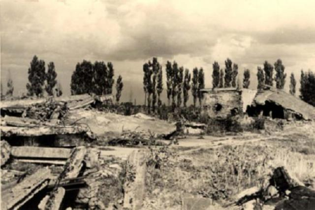 En Auschwitz-Birkenau los Sonderkommandos dinamitan el crematorio IV y matan a varios SS. Alrededor de 250 participantes mueren en la batalla con la SS y la Policía del campo y después fusilan a 200 miembros más del Sonderkommando tras la batalla.