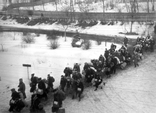 Sale desde el campo y ghetto de Theresienstadt (Checoslovaquia) el último transporte con 2.038 judíos hacia Auschwitz.