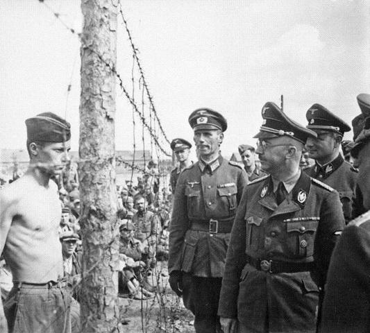 Heinrich Himmler ordena la destrucción del campo de exterminio de Auschwitz (Polonia) y sus crematorios para ocultar la evidencia de los campos de la muerte.