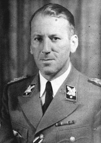 Ernst Kaltenbrunner recibe la Cruz de Caballero por Mérito de Guerra, con espadas cruzadas, una de las condecoraciones más altas y es ascendido al grado más alto de General de la SS y de la Policía.