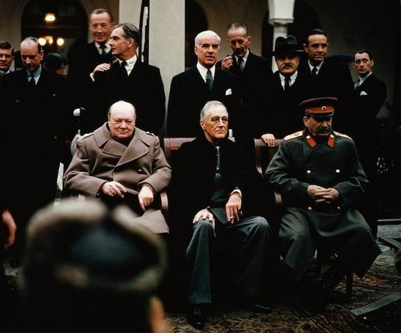 Del 4 al 11 de Febrero de 1945 se celebra la Conferencia de Yalta entre Josef Stalin, Franklin D. Roosevelt y Winston Churchill.