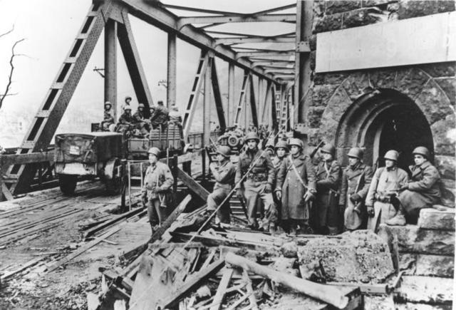 Las tropas norteamericanas cruzan el río Rhin invadiendo de esta manera Alemania.