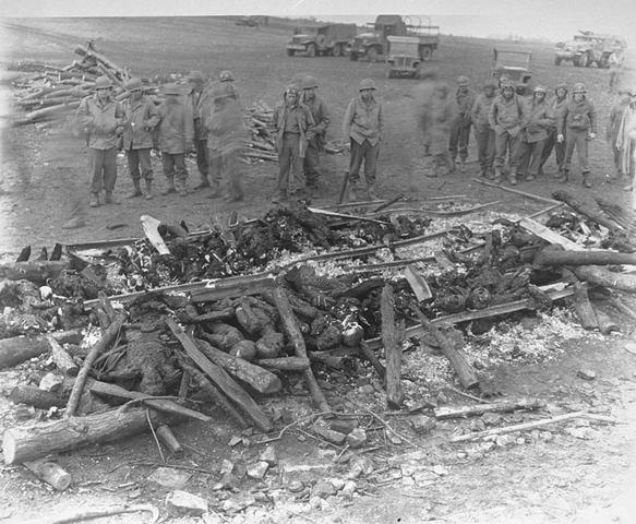 En el subcampo de concentración de Ohrdruf (Alemania) y a tan solo 2 días de la llegada de los norteamericanos, unos 8.000 prisioneros son salvajemente asesinados.