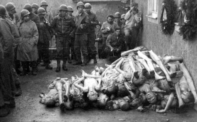 Las tropas norteamericanas, ayudadas por los prisioneros, liberan el campo de concentración mixto de Buchenwald (Alemania) en donde se encontraban 20.000 prisioneros vivos.