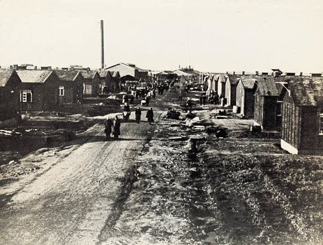 Las tropas británicas liberan el campo de concentración de Westerbork (Holanda) y las canadienses liberan el campo de concentración femenino de Bergen Belsen (Alemania). Las tropas nazis se rinden en Viena (Austria) y las tropas rusas liberan la ciudad.