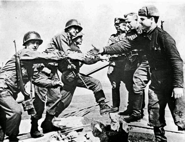 Las tropas rusas toman contacto directo con las norteamericanas.