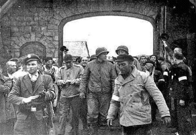 Dos vehículos blindados de las tropas norteamericanas bajo el mando del Sargento Kosiek entran en el subcampo Gusen (Austria) y sobre las 12 horas llegan al campo principal Mauthausen (Austria) cuyos prisioneros se habían autoliberado.