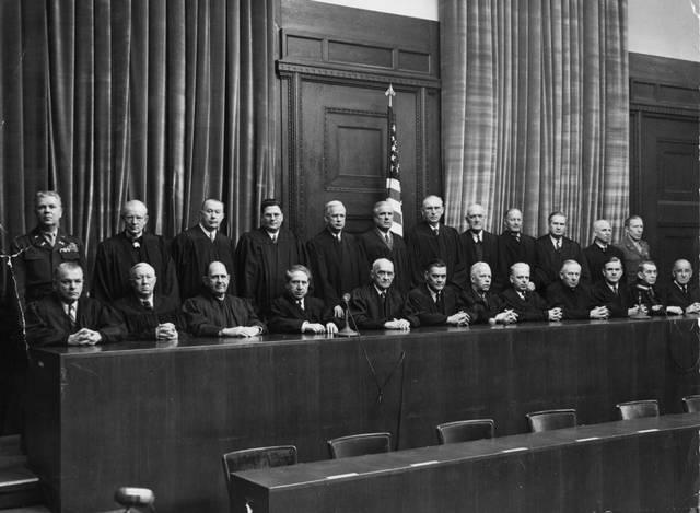 En Londres (Gran Bretaña) se crea el Tribunal Penal Internacional (I.M.T.) que juzgará a los líderes nazis.