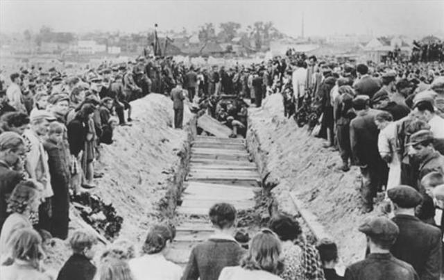 Una muchedumbre ataca a los judíos sobrevivientes en Kielce (Polonia). Después de una acusación de asesinato, una muchedumbre polaca mató a más de 40 judíos e hirió a docenas de ellos.
