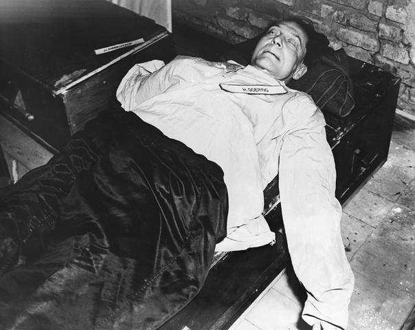 Ejecución de los 12 condenados a muerte sentenciados durante los Juicios de Nuremberg. 2 horas antes de las ejecuciones, Hermann Goering cometió suicidio mediante la ingesta de una cápsula de cianuro.