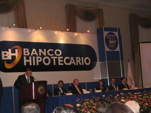 Firma de la Escritura de Constitución del Banco Hipotecario de El Salvador