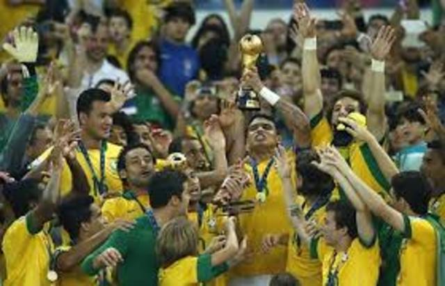 פלה זכה עם נבחרת ברזיל במונדיאל 1958, במונדיאל 1962 ובמונדיאל 1970, והוא הכדורגלן היחיד שזכה בשלושה גביעי עולם.