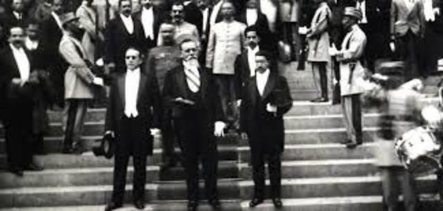 Venustiano Carranza asume la presidencia constitucional del país
