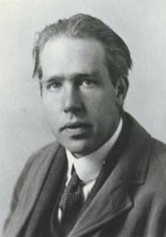Niels Bohr propone su modelo atómico