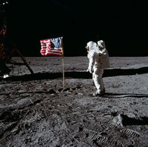 Hombre llega a la luna.