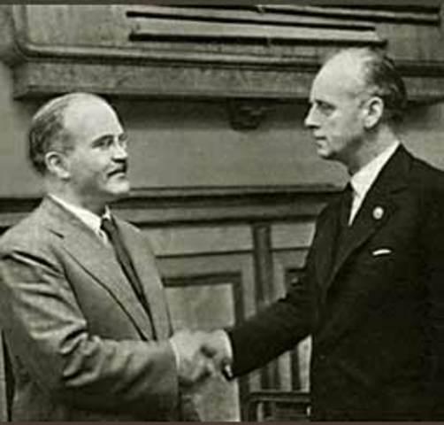 Pacto de no agresión Ribbentrop-Mólotov es firmado