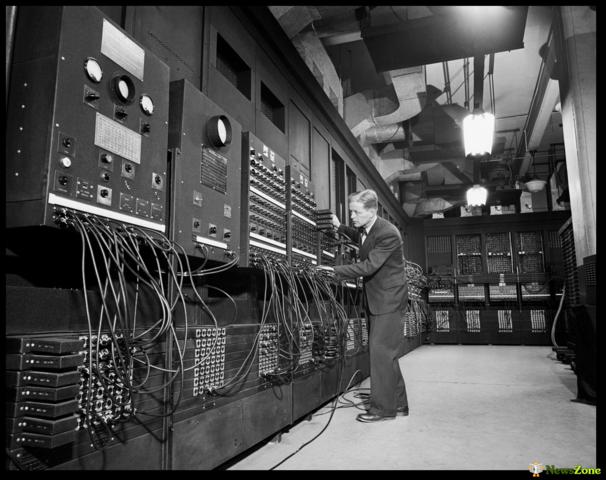 """Электронные вакуумные лампы. Компьютер """"ЭНИАК"""". 1946 год"""
