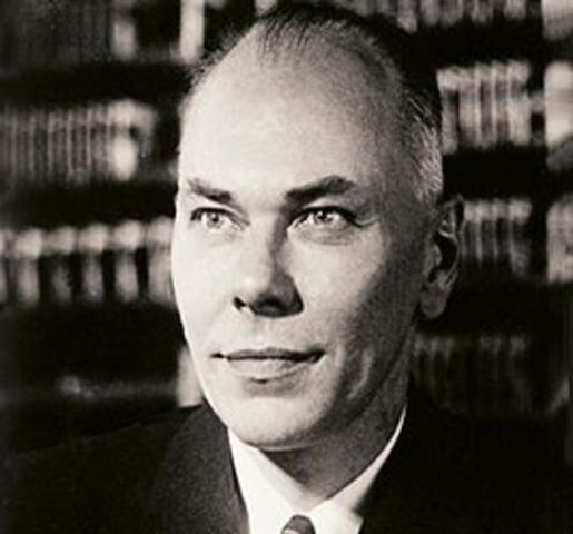 Говард Эйкен разработал гигантский программируемый калькулятор ASCC/Harvard Mark I, основанный на аналитической машине Бэббиджа