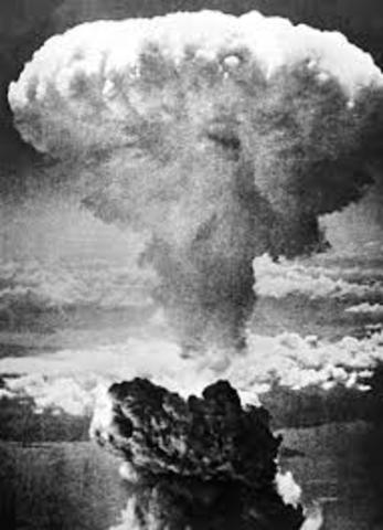 EE.UU. lanza una bomba nuclear en Hiroshima.