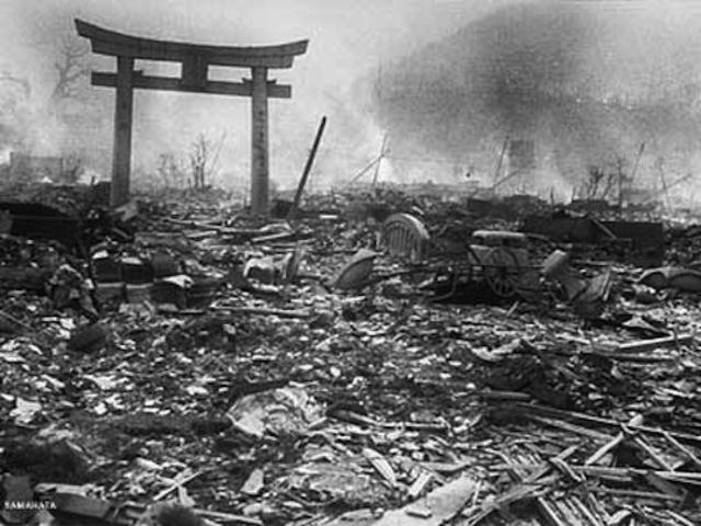 EE.UU lanza una bomba nuclear en Nagasaki.