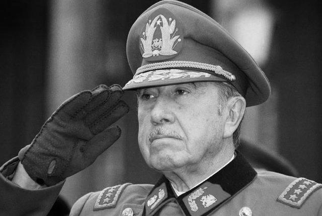 Augusto Pinochet es derrotado