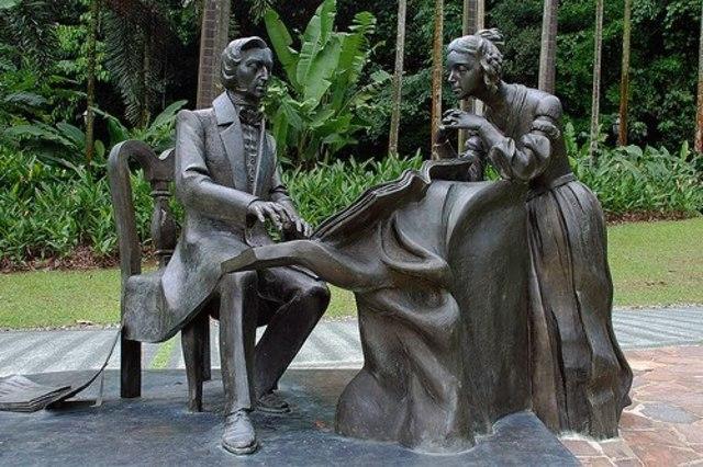 Скульптура в Ботаническом саду Сингапура.