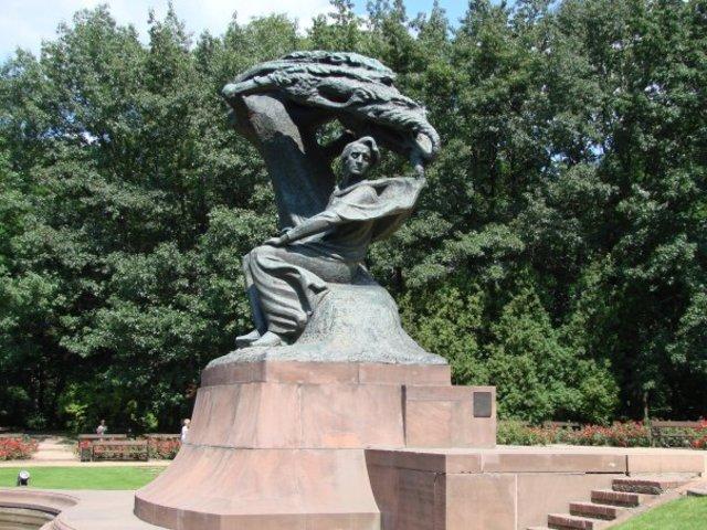 Памятник в варшавском парке Лазенки.