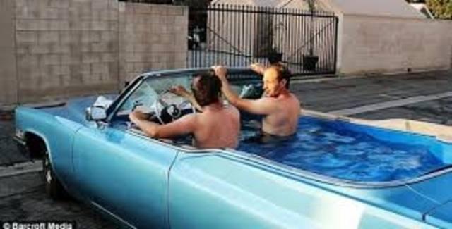 Carro com piscina dentro