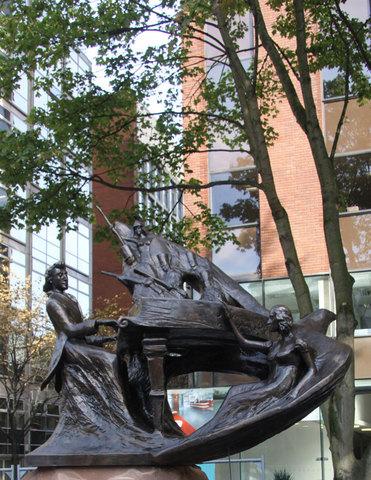 Памятник Шопену  - Deansgate, Манчестер.