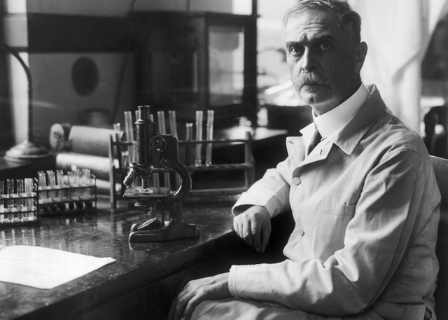Карл Ландштейнер открыл группы крови.