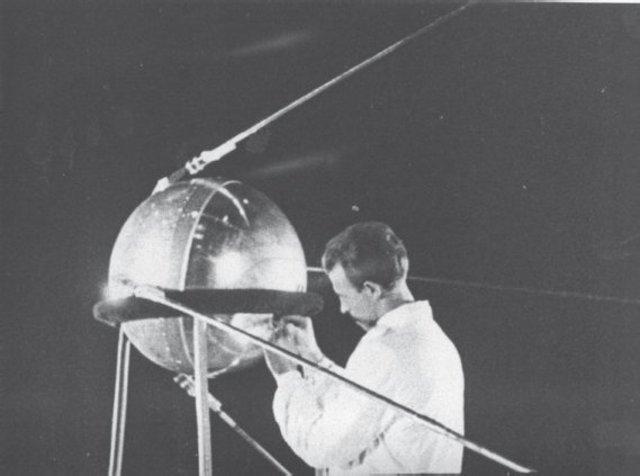 1957 - Запуск первого советского спутника