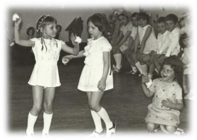 Наташа- танцует.