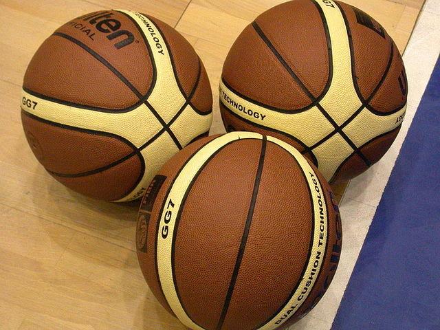FIBA adopta pelota con bandas