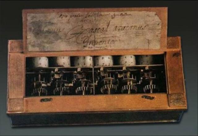 Se inventa la primera máquina de sumar