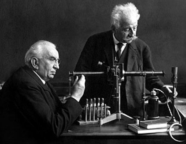 Auguste y Louis Lumiére llevan a cabo la primera proyección de una película.