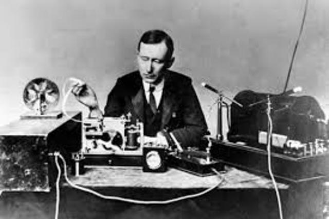 Guglielmo Marconi transmite un mensaje.