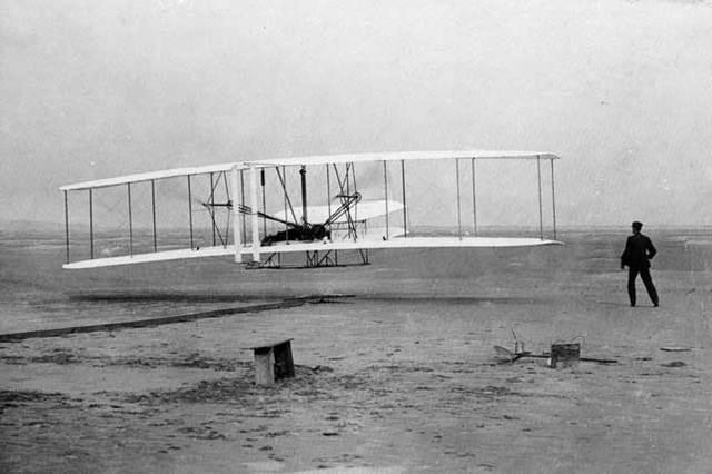 Los hermanos Wright hacen volar la primera máquina más pesada que el aire.